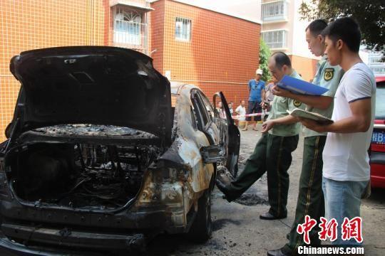 8月7日,广西柳州一辆无人驾驶小轿车发生自燃,消防官兵在调查事故原因。 朱柳融 摄