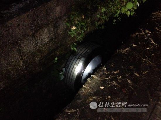 """""""飞""""到排水沟里的车轮。图片来源:桂林生活网"""