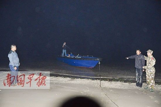 今年年初,一艘非法载客的快艇被查获后,涠洲岛边防民警带着快艇业主指认现场。 义挚摄