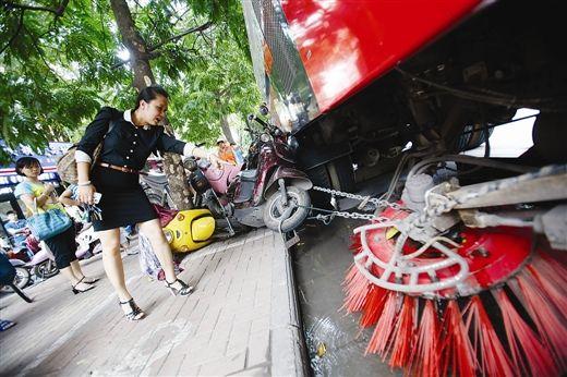 铁链被扫轮勾住,才引发了这起事故。图片来源:南国早报