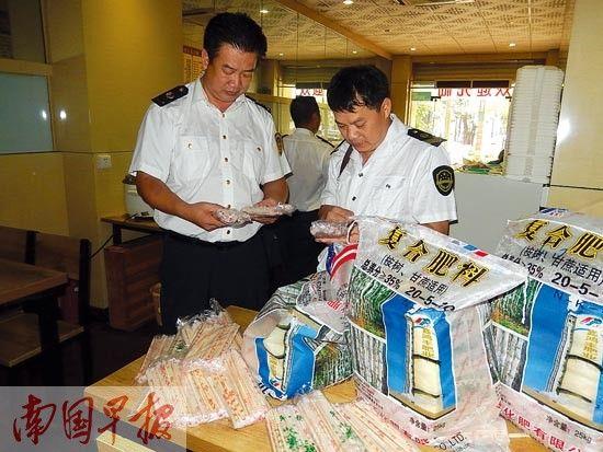 执法人员在检查一次性筷子。