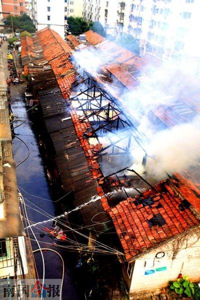 昨日下午2时50分许,柳州市箭盘路东一巷东化第二宿舍区内一排平房突起大火,消防人员经过近4小时努力才完全扑灭火灾,所幸无人伤亡。记者 卿要林 摄