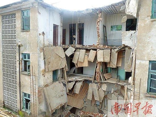 图为坍塌现场,脚手架钢管倒下来砸在旁边的居民楼上,有的钢管还砸穿了旁边房屋的雨棚。 记者 邓振福摄