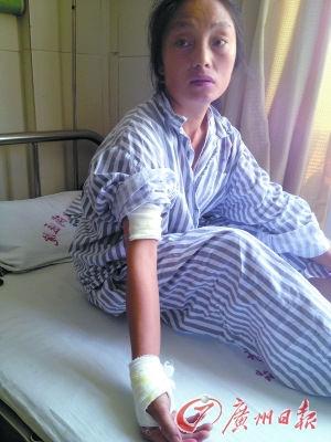 女工莫尚菊的右臂和右腕被砍伤。