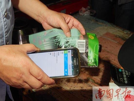 执法人员扫描一次性筷子外包装上的二维码,出来的却是一家浙江企业的信息。图片来源:南国早报