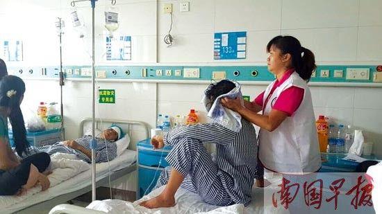 广西护工在医院服务。邓丽娟供图