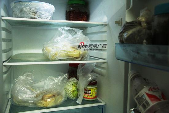 冰箱里存放着一些速冻包子和馒头,有时候中午安安一个人在家,便自己加热了吃。阳熙 摄