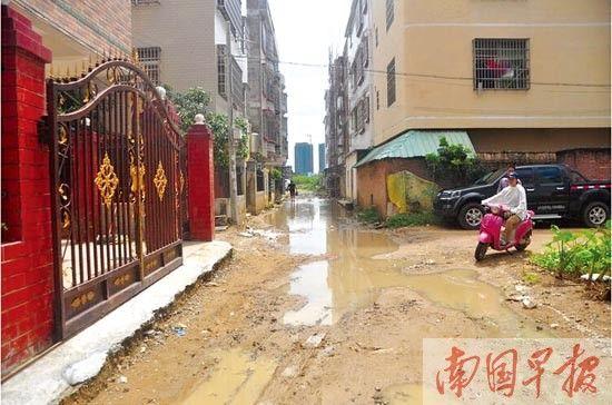 居民区的道路泥泞不堪。 见习记者 彭庆 摄