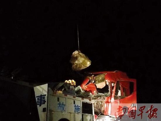 救援人员吊出车头的巨石。 韦莉华 摄