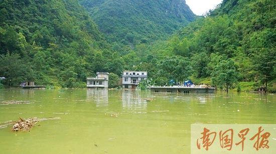 村庄受淹。 记者 蓝锋摄
