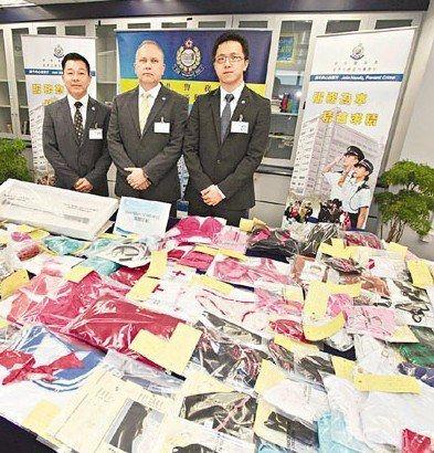 """香港警方展示在""""海图""""行动中检获的大批成人情趣用品。来源:香港《文汇报》2"""