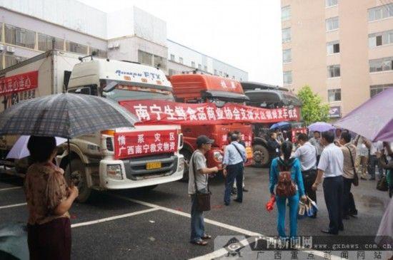 3辆满载爱心大米的卡车准备出发前往鲁甸地震灾区,送去58吨优质大米。记者 邓昶/ 摄)