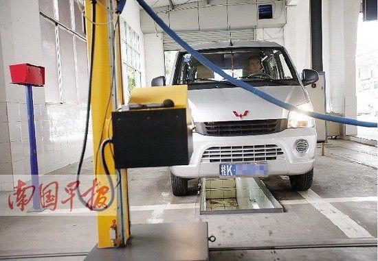 8月15日下午,一辆玉林牌照的车在狮山检测点年检。记者 邹财麟 摄
