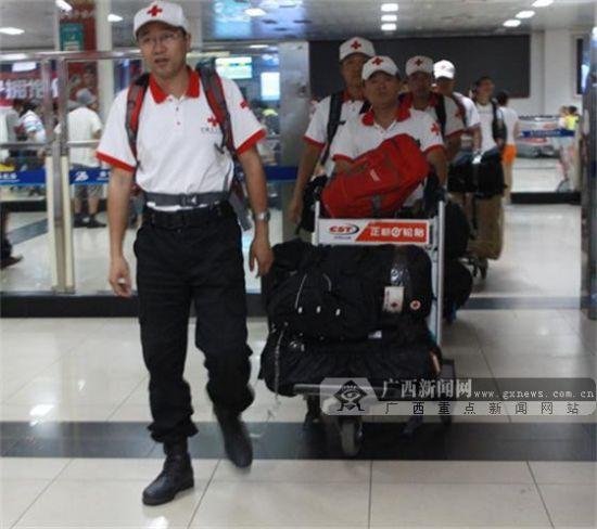 15日23:30,在云南鲁甸地震救援的中国红十字(广西)赈济救援队第一批队员平安返回南宁。广西新闻网记者 伍永志 摄