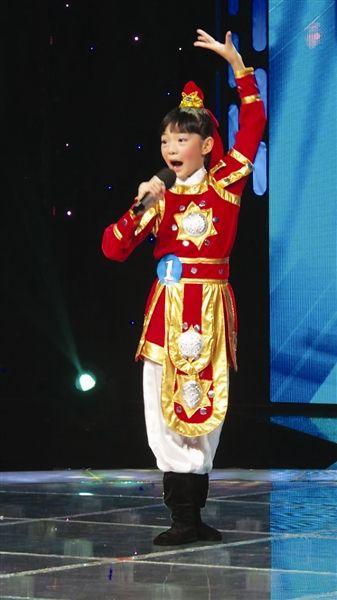 一名小选手在表演富有传统特色的节目。南国早报记者 孙鹏远摄