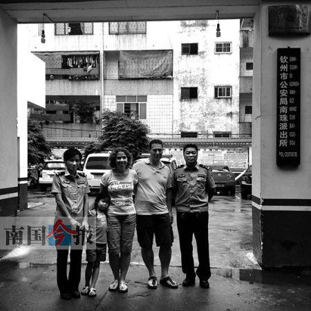 小曼玲和养父母看望曾经给予他们帮助的民警。见习记者 陈诗圆 摄