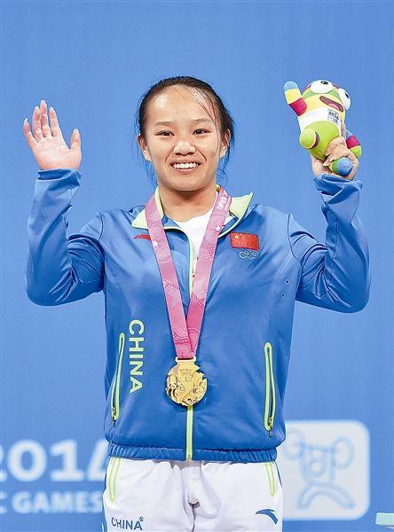 8月17日,中国选手蒋惠花在颁奖台上庆祝。 新华社记者 郭程 摄
