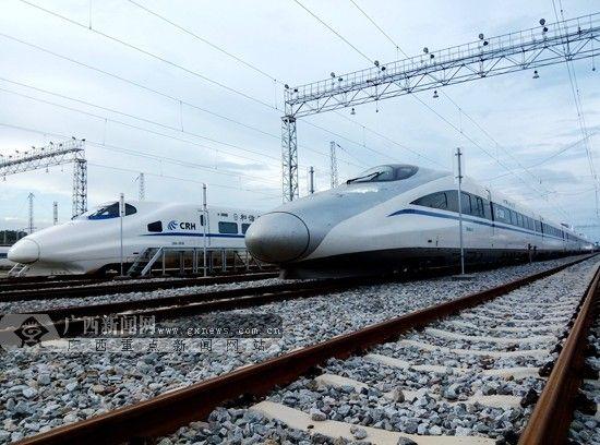 18日起,铁路网络和电话开始发售中秋节首日火车票。图为停靠在钢轨上的动车组列车。南宁铁路局供图
