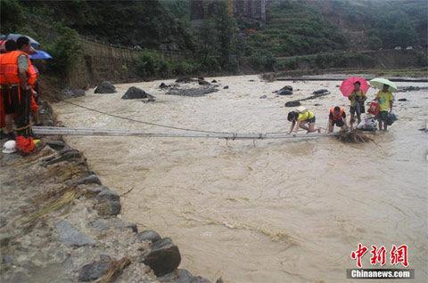 8月17日,重庆南川山洪暴发冲垮民房,村民被困河岸。(来源:中新网)