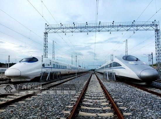 从本月22日起,南宁至南宁东区间将进行为期一个月的信号系统联调联试,为南宁开行跨省动车做最后冲刺。右车为CRH380型动车。南宁铁路局供图