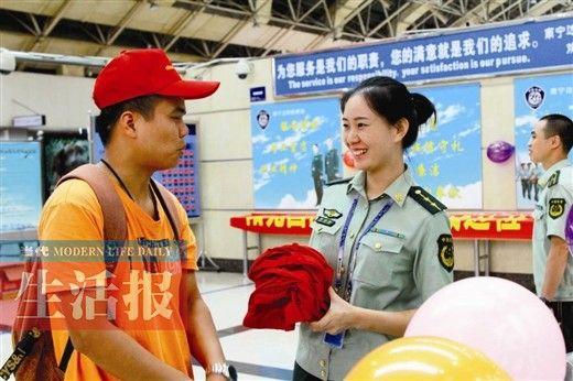 边检人员接受旅客咨询。杨世通 摄