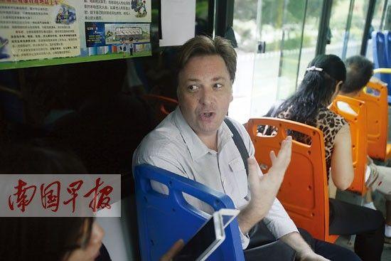 公交车上,英国人何艾文提出自己的建议。记者 徐冰摄