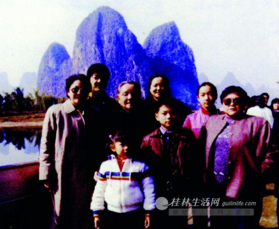 邓小平同志与家人在漓江游船上合影。莫洲保 摄