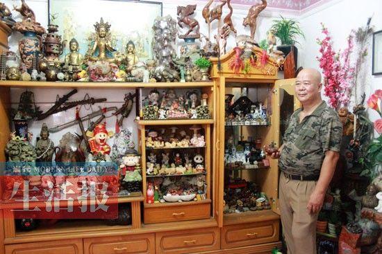 黎先生家里犹如一个小型博物馆。图片来源:当代生活报