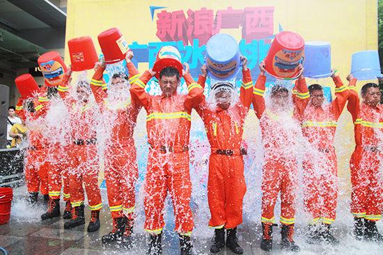 南宁消防支队的官兵们挑战冰桶。阳熙 摄