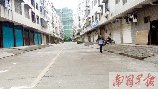 原邕宁土地局职工住宅小区的道路上,现已少有车辆停放。 记者 周伟武摄