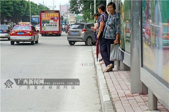 """""""明秀路中""""站点,候车棚能供站立的空间仅30厘米左右,体型中等的市民站立仍有困难。 实习生杨华章摄"""