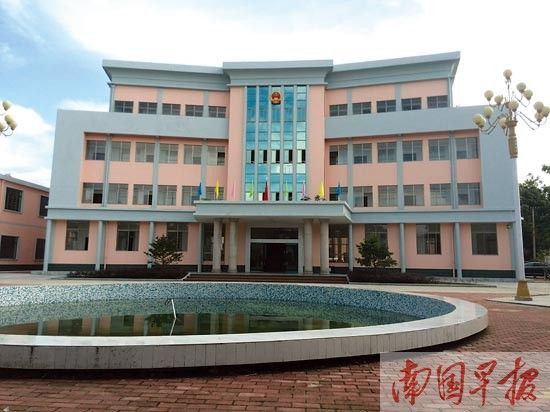 石康镇政府新建的综合服务楼。图片来源:南国早报