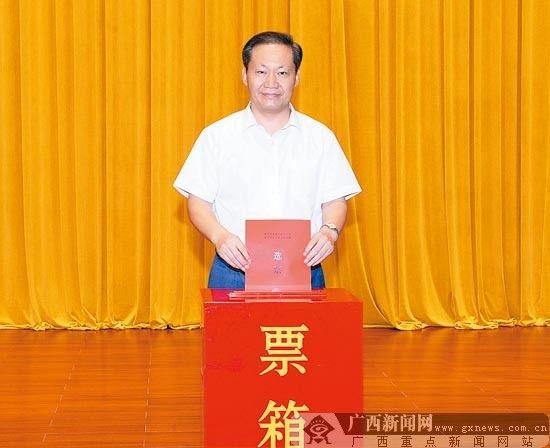 彭清华参加南宁市青秀区新竹社区第五届居民委员会换届选举大会,以普通选民身份投下神圣一票。 记者 黄 克/摄