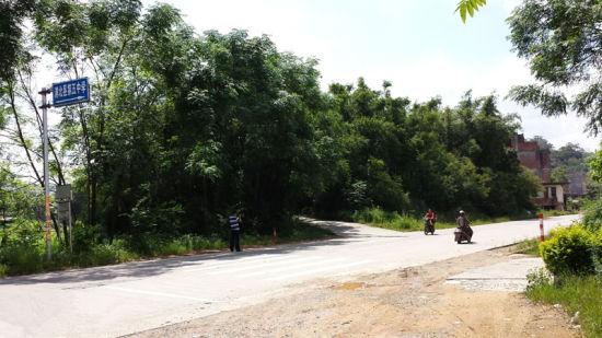 事发路段位于浦北县第五中学对面一个路口,平时过往车辆较多。 南国早报见习记者 陆旺摄