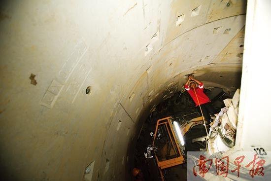 盾构机一路往前挖掘,工人对四周的管片进行加固。 记者 邹财麟 摄