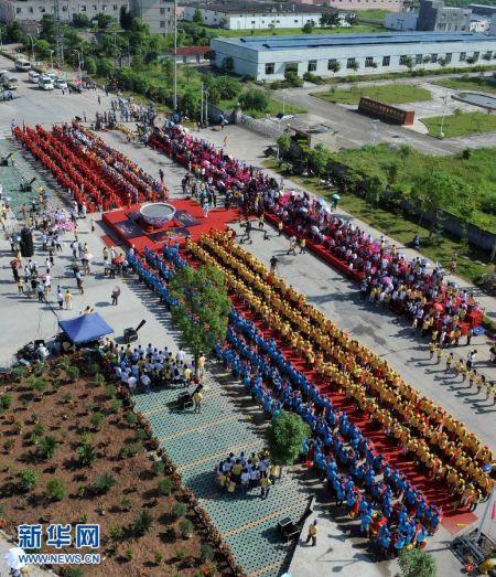 8月27日,员工用300个磨共同研磨黑芝麻。