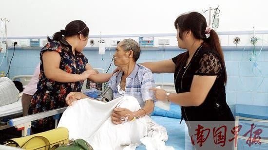 家人正在护理病床上的蒙桂军。