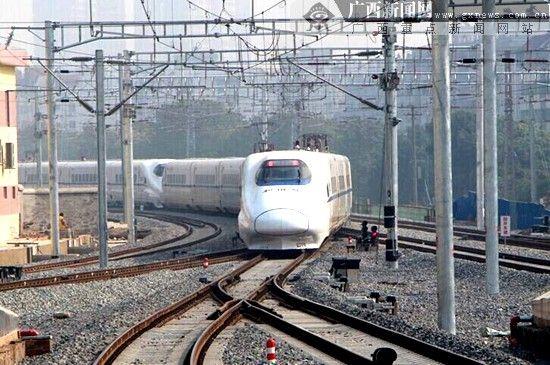 飞奔在高铁钢轨上的动车组列车。广西新闻网记者 杨郑宝 摄(资料图)