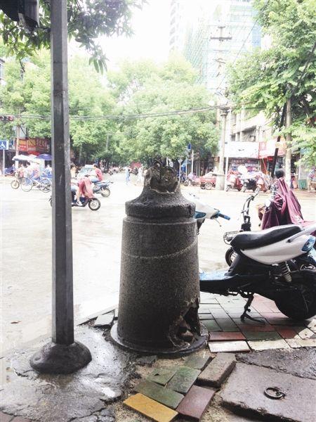 老式路灯损坏后留下石墩。图片来源:当代生活报