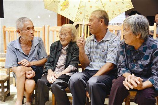 左二起分别是张日桂、张亚亮、张润娇。图片来源:当代生活报
