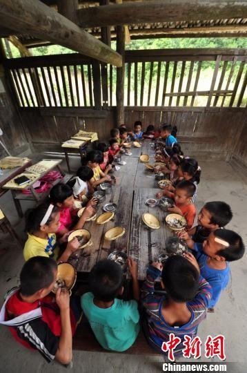9月1日,广西三江侗族自治县洋溪乡安马村寨全教学点迎来新学期,学生以百家宴形式迎接开学首日。 龚普康 摄