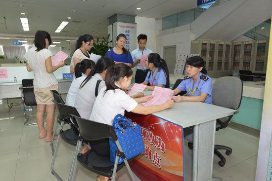 自治区工商局在广西壮族自治区政务服务中心举行前置审批改后置资讯宣传活动。杨彪 摄
