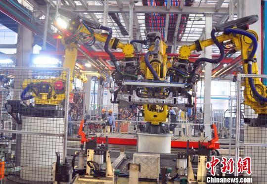 9月2日,广西柳州一家以生产汽车零部件为主的焊装车间内,一机器人正在作业。周潇男 摄