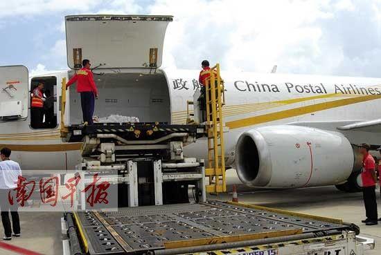 货机正在南宁机场卸货。