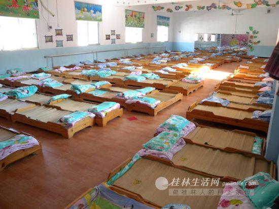 2日下午,兴安二幼4楼的音体室内,摆满了小床铺给126个孩子午休。