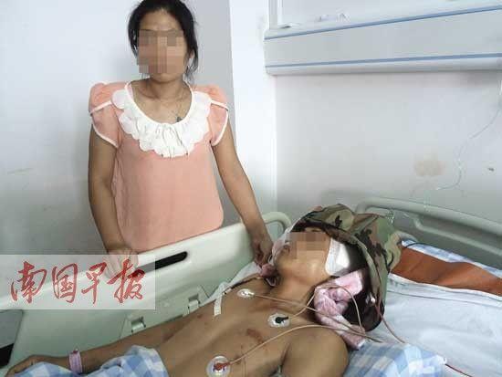 头部受重伤的黄文华正在接受治疗。