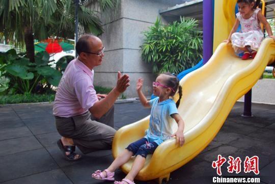 9月4日,广西柳州一家幼儿园唯一一名男幼师傅祥慧正在与孩子参加课外活动。 朱柳融 摄