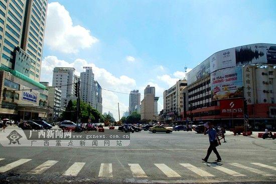 围挡拆除后路面看起来宽阔,车辆放行速度增快。广西新闻网实习生 吴君馨 摄
