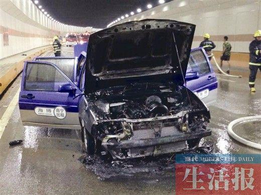 这辆蓝色出租车的车头已被烧得面目全非,几近报废。图片来源:当代生活报