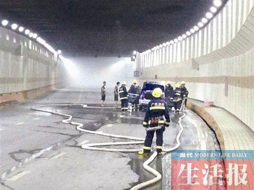消防官兵灭火现场。图片来源:当代生活报